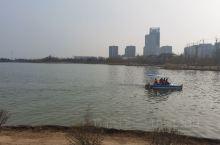 商丘日月湖景区游人如织,微风习习,放风筝的好地方