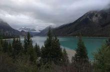 早晨的然乌湖,静静地在那迎接远方的游客,迎接新的一天的到来,深色翡翠的湖面与湖边的森林,四周的雪山共