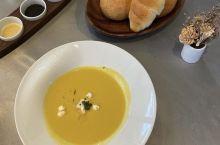 酥脆扎实的软法  奶油咸香的可颂  席楽的手工餐包  功力不凡  黃油 油封蒜泥 鯷魚橄榄 三酱齐上