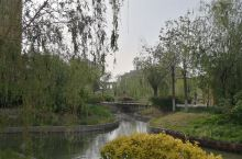 康宁津园,天津著名的养老基地,坐拥500亩方圆,河湖花木,楼宇灿然。亭台阁榭,配套齐全。远眺团泊湖,
