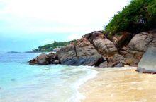 普拉兰岛的五月谷、海滩上的礁石,很像龟的四肢。还有像女人屁屁的海椰子,阿尔布达拉象龟