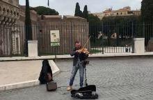 罗马街头的艺术家,我已深深的陶醉,好想坐在这里静静的听下去啊