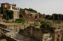 ''古罗马广场''位于斗兽场旁,昔日罗马帝国的中心。漫步在这一片废墟上,满眼望去尽是颓恒败瓦,凄凉荒