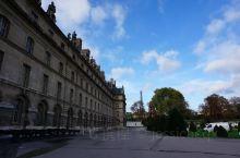墙壁,天空,白云,映衬下的纪念馆更显庄严