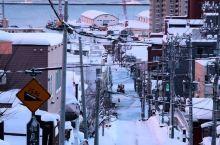 到北海道小樽,给心目中的藤井树送一封情书 电影《情书》的取景地之一:船见坂,是一条延伸向海的陡坡路,