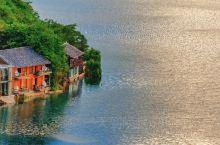 清晨的泸沽湖 湖面被阿波罗 照耀的波光粼粼 乘上一叶小船 从临湖的屋舍出发 慢慢驶向湖心 你便能发现