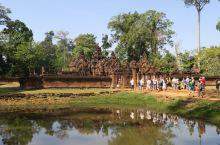 """班蒂斯蕾(Banteay Srei)(又有人将其叫做""""女王宫"""",即""""女人的城堡""""之意),位于柬埔寨暹"""