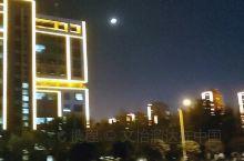 #这里看夜景超美  枣庄科技职业学院,我的大学,这个地方在滕州,虽然不是一个很富裕的地方,但是确实挺