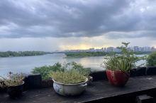 房间设计很有特色,大爱阳台,看着清清的万泉河。附近吃东西方便。