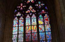 圣维特大教堂里的彩色玻璃,规模宏大,造型与建筑结合紧密,虚实之间,浓淡之妙,圣画人物和几何造型的结合