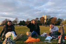 英国写谢菲尔德大学的平日生活,正逢复活节,和几个朋友草坪下畅聊人生,迎着夕阳的余晖