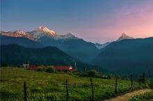 一座尼泊尔的圣山,至今禁止攀登,日出日落时非常美丽  鱼尾峰由于峰顶形状酷似鱼尾而得名,被视为尼泊尔