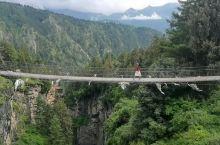 峡谷上的吊桥、