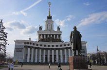 4月29日早上,从圣彼得堡回到莫斯科。上午参观国民经济成就展览中心和十五民族金人喷泉。自费项目:新圣