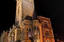 晴空朗月的老城广场夜晚也是人潮汹涌,天文钟和提恩教堂遥相呼应,神秘的布拉格此刻不再神秘而是热情高涨的