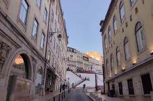 辛特拉城坐落在山上,建筑式样融合了哥德式、摩尔式及葡萄牙式风格,景点之间通勤的大巴车真是技术太赞了。