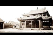 贝子庙占地面积为1.2平方千米,沿袭黄教传统建筑格式,结构独特,雕刻精细美观,有很高的艺术价值。