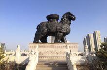 狮城公园是沧州新城规划的地标性建筑之一,它南北长约600米,东西均长约300米, 占地251亩,总投