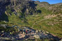 """挪威""""奇迹石""""是挪威最负盛名的旅游景点,这块有5立方米大的石头卡在绝壁间,""""奇迹石""""坐落于挪威谢拉格"""