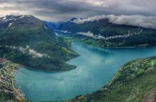 盖朗厄尔峡湾位于挪威西南岸的卑尔根北部,是挪威峡湾中最为美丽神秘的一处。峡湾全长16公里,两岸耸立着