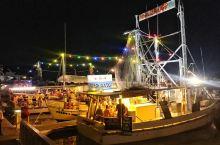 凯恩斯海边船上海鲜,凯恩斯的海边有很多这样的船,一到夜晚挂起了灯,可以坐在船边吃海鲜。虾生蚝蟹都有,