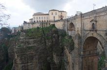 西班牙龙达的新桥,连接老城与新城,桥下面是悬崖峭壁,岸边层层叠叠好多餐馆,可以边吃饭边赏景。 龙达新