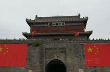 山海关,又称榆关、渝关、临闾关,位于河北省秦皇岛市东北15千米处,是明长城的东北关隘之一,在1990