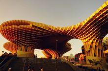 位于市中心与老城交界处的著名商业景点''都市阳伞'',2011年4月建成,是由德国建筑师赫尔曼设计完