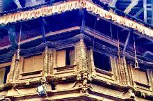 加德的屋顶,各式的、时常有鸽子在盘旋