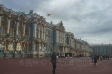  走进叶卡捷林娜宫院墙大门,可以看到这座宫殿天蓝色的外表是那样的耀眼夺目,洋溢着喜庆气氛,造型丰富