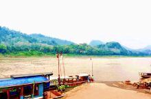 琅勃拉邦的老城区,临着湄公河,依山傍水。坐长尾船,慢慢的沿江而下,到附近的村落走一走,看一看