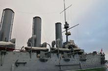 在俄罗斯旅游的最后一天,我们离开圣彼得堡市政府办公地斯莫尔尼宫,来到涅瓦河边,看阿芙乐尔号巡洋舰,就
