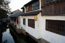 昆山周庄古镇是世界文化遗产预选地、首批国家5A级旅游景区,四面环水,因河成镇,依水成街,以街为市