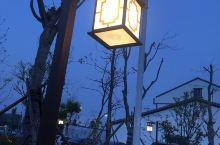 村里健身广场周围的路灯