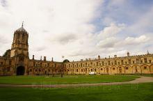 从牛津基督学院出来,往位于市中心拉德克利夫广场上牛津最著名地标建筑''博德利图书馆''走去。牛津不大