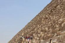 这边这个金字塔虽然没有最大的那个那么震撼,但是同样也是特别的好看,远处的尸身人面像还是能够看得到的,