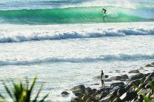 你喜欢海吗?是哒,昆昆更喜欢浪! 在冲浪天堂黄金海岸,一年四季吸引无数浪人和游客慕名而来,背靠碧海蓝