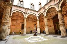 韦奇奥宫又称旧宫,也叫领主宫,领主广场也是因它而得名的。韦奇奥宫是建13世纪末,是当时佛罗伦萨共和国