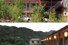 北京密云捧河湾日月轩民俗农家院,位于捧河湾风景区横岭根村,在2010开始营业,院落背靠青山,三面环水