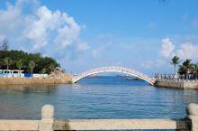 美丽的珠海外伶仃岛 ,那一片蓝让人深深陶醉。岛上蓝天白云,水清沙幼,无疑是一个解压、放松身心的好去处