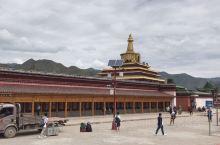 拉卜楞寺位于甘肃省的夏河,到拉卜楞寺最好先看全景,然后再进去看。只有站在晒佛台上才能看到它的全貌,气