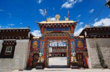 灵雀寺,全称灵雀兴盛寺,是苯教的一座寺庙,位于四川省甘孜州道孚县鲜水镇,为藏传佛教格鲁派寺庙,是康区