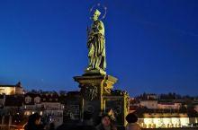 """从1965年开始,布拉格有""""""""欧洲露天巴洛克塑像美术馆""""美誉的查理大桥上的所有圣者雕塑已经有系统地用"""