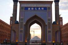 丝路之光旅游小镇位于伊宁市经济开发核心区域重庆北路501号,紧邻伊宁火车站,是一个集餐饮、酒店、娱乐