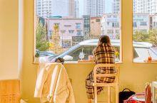 首尔探店!小清新咖啡店  简约装修风格,落地大玻璃窗,阳光直射到里面,采用纯白色及镜面元素,让空间感