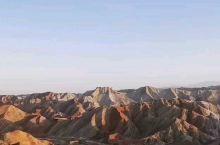 张掖的七彩丹霞地貌。作为大环线后面的景点,还是值得体验的,十月中旬已经不是旅游旺季,但景区里还是人从
