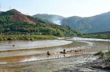 霞浦杨家溪 对于摄影人,杨家溪有两处景点:瓦窑飘网和榕枫公园。飘网是当地人捕小鱼虾的一种固定排放的筒