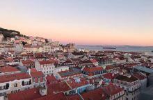 住在里斯本的老城区,每天走高高低低的坡道;各种红色的房顶 充满了欧式风格 爬到山顶俯瞰里斯本的天际线