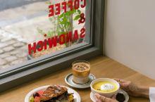 首尔小众探店! 我是喜欢咖啡的,每次遇到咖啡店都会光顾光顾。 这家店开在步行街里,以家具风格为主,绿