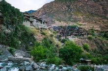 俄亚大村一批最老的房子,建在这块巨大的山崖上,依山面水,坐北朝南,据说早年山里野兽猖獗,可以居高临下